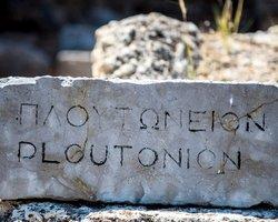 Камень надпись Ploutonio перед святилищем Плутона (Гадес)